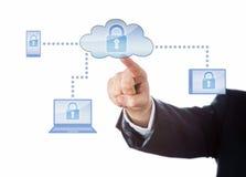 Mão que toca em uma rede de computação fechado da nuvem Imagem de Stock