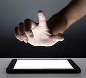 Mão que toca na tela de toque foto de stock royalty free