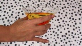 Mão que toma uma bebida do cocktail vídeos de arquivo