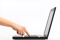 Mão que trabalha no computador Imagens de Stock