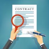 Mão que verifica o contrato com uma lupa Imagem de Stock
