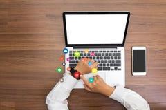 Mão que veste ícones elegantes da aplicação do tela táctil do smartwatch Foto de Stock Royalty Free
