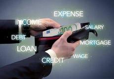 A mão remove o euro da carteira Imagens de Stock