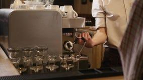 ` Mão-roasted s do café, barman das mãos que cozinha o café na máquina do café, barra interior, moderna, barman video estoque