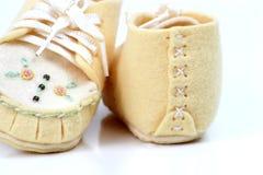 Mão - sapatas de bebê feitas fotos de stock royalty free