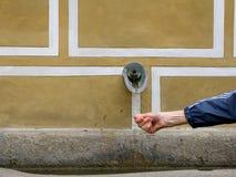 Mão sob o bico waterwater em Europa fotografia de stock royalty free