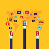 Mão social do homem de negócios do conceito da rede com elementos infographic espertos móveis de uma comunicação global do telefo ilustração royalty free