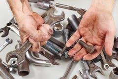 Mão suja do recruta com as ferramentas para reparar máquinas na oficina fotografia de stock