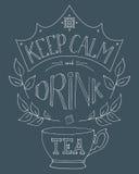 A mão tirada mantém a calma e bebe o chá Imagem de Stock