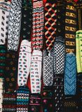 A mão tradicional do estilo turco knitten peúgas na exposição imagem de stock royalty free