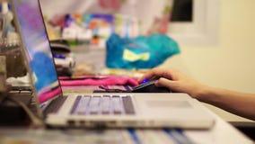 Mão usando o computador Fotografia de Stock Royalty Free