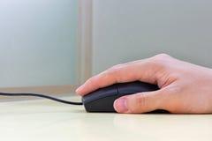 Mão usando o rato Fotografia de Stock