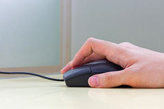 Mão usando o rato Foto de Stock Royalty Free