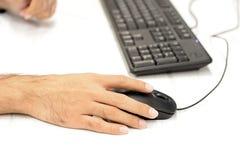 Mão usando o rato do computador Imagens de Stock Royalty Free