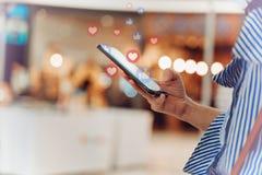 Mão usando o smartphone com conceito social dos meios foto de stock