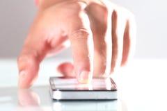 Mão usando o telefone Fotos de Stock Royalty Free