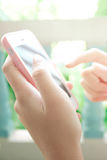 Mão usando o telefone esperto imagem de stock