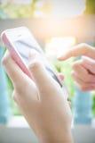 Mão usando o telefone esperto foto de stock royalty free