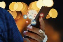 Mão usando o telefone esperto com conceito social dos meios fotografia de stock royalty free