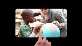 Mão usando telas com as crianças na escola vídeos de arquivo