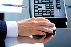 Mão usando um rato Imagens de Stock