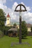 A mão velha cinzelada e pintou a cruz de madeira Imagem de Stock