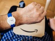 Mão velha de homem superior que verifica o tempo no Withings o mais atrasado imagem de stock