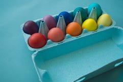 Mão vibrante ovos da páscoa coloridos tingidos em uma caixa de ovo do cartão vista imagens de stock royalty free