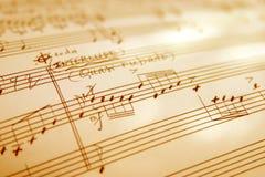 A mão witten a folha de música Imagens de Stock