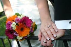 Mãos 2 do casamento foto de stock royalty free