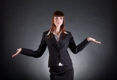 Mãos abertas da exibição alegre da mulher de negócio Imagem de Stock