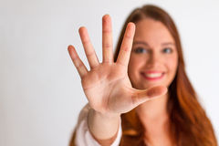 Mãos abertas da exibição da jovem mulher do ruivo à parte dianteira Imagem de Stock