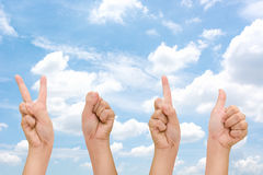 Mãos abstratas da mulher com sinais do símbolo 2016 da mão, mão 2016 do ano novo feliz com céu da nuvem Imagens de Stock Royalty Free