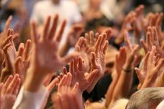 Mãos acima levantadas de um ser humano no evento Imagens de Stock