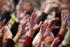 Mãos acima levantadas de um ser humano no evento Foto de Stock