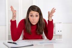 Mãos acima - a mulher de negócios nova tem problemas da concentração no stu imagem de stock royalty free