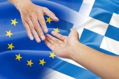Mãos amiga com a bandeira de Europa e de greece Imagem de Stock Royalty Free