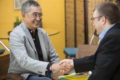 Mãos asiáticas de Shake do homem de negócios Fotos de Stock