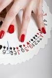 Mãos bonitas com manicure e os cartões perfeitos Imagem de Stock Royalty Free