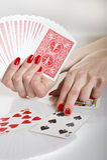 Mãos bonitas com manicure vermelho perfeito Imagens de Stock