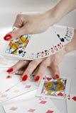 Mãos bonitas com manicure vermelho perfeito Foto de Stock Royalty Free