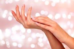 Mãos bonitas da mulher Fotos de Stock