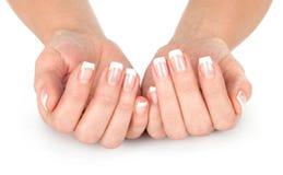 Mãos bonitas da mulher com manicure francês fotografia de stock royalty free