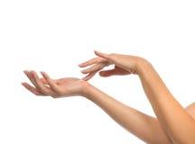 Mãos bonitas da mulher com os pregos do manicure francês Fotos de Stock