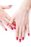 Mãos bonitas da mulher com pregos vermelhos fotografia de stock
