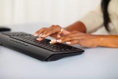 Mãos bonitas da mulher que trabalham no computador Fotos de Stock Royalty Free
