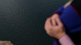 Mãos borradas de um par no amor perto de um rio filme