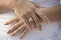 Mãos caucasianos com alianças de casamento Foto de Stock Royalty Free
