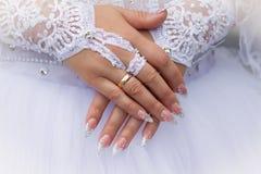 Mãos caucasianos com alianças de casamento Fotos de Stock