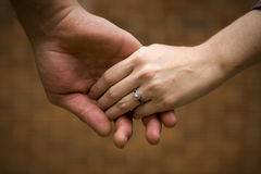 Mãos caucasianos da terra arrendada dos pares Foto de Stock Royalty Free
